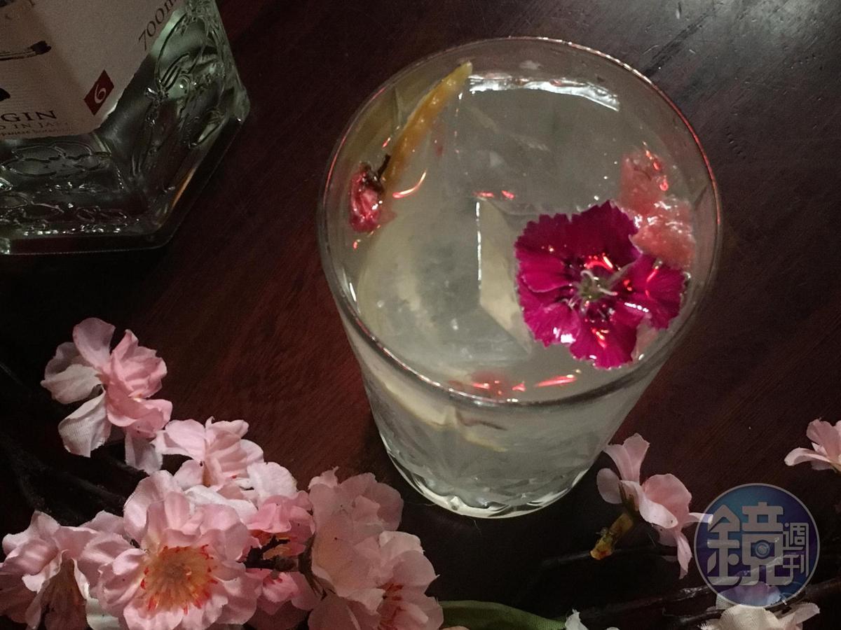 「花漾女孩琴能通寧」,用六ROKU搭配通寧水和鹽漬櫻花,喝來有淡淡鹹味,以及柑橘皮油引出的花香。(400元/杯,安慰劑提供)