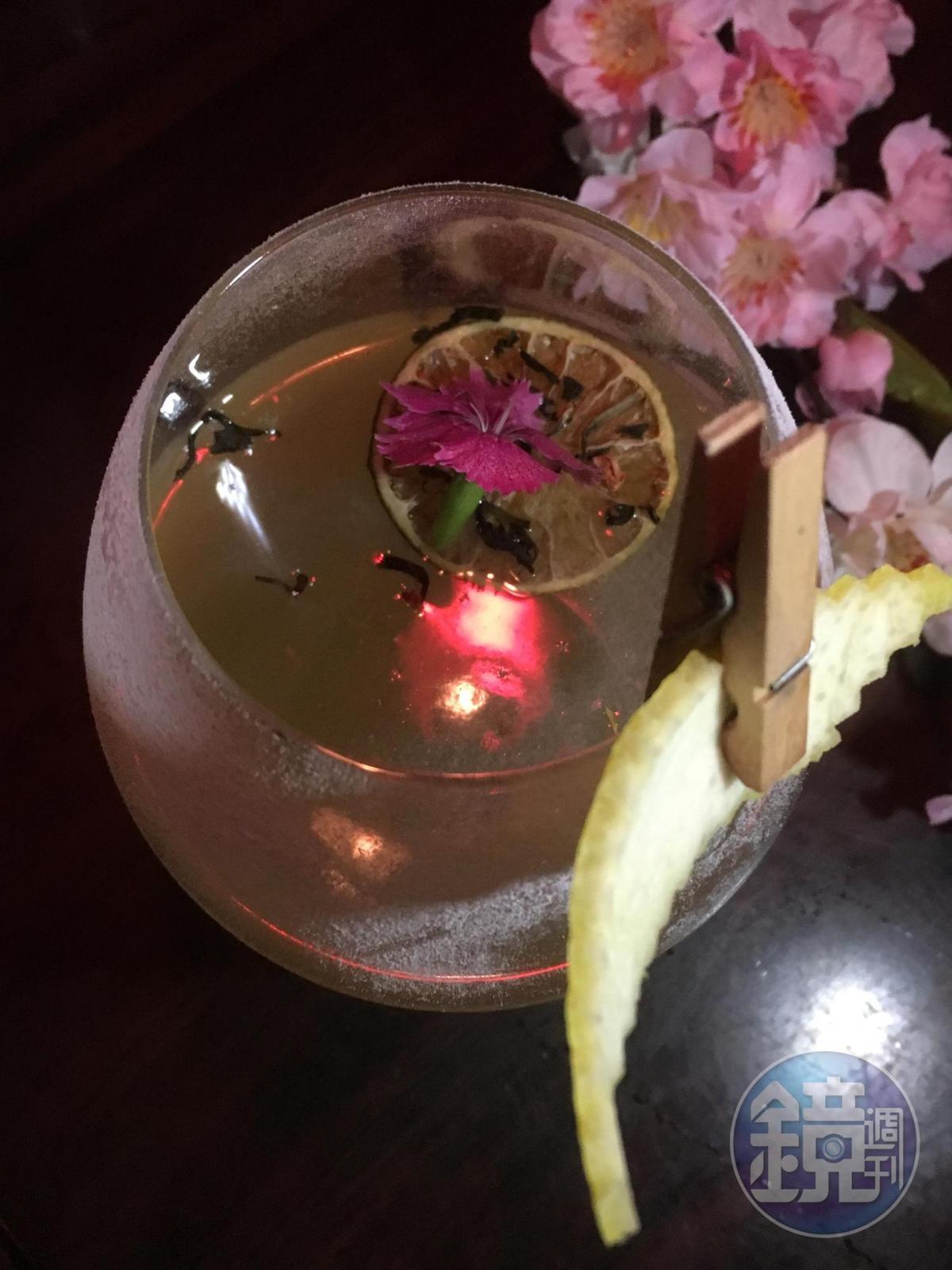 「玉露冰茶」加入藥草酒、葡萄利口酒、茉莉香片,酸甜中帶點茶香。(450元/杯,安慰劑提供)