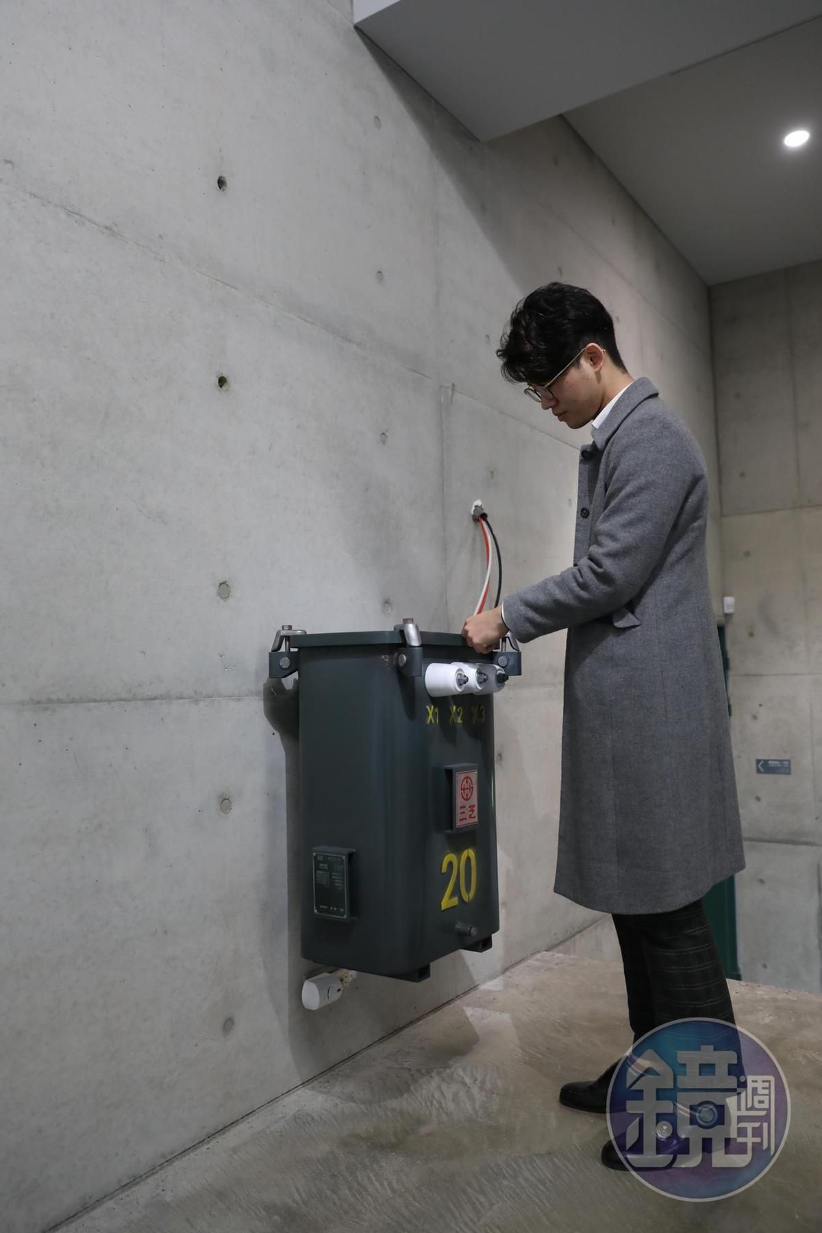 刻意放低的變電箱,是藝術家廖建忠對便宜行事人士的批判。
