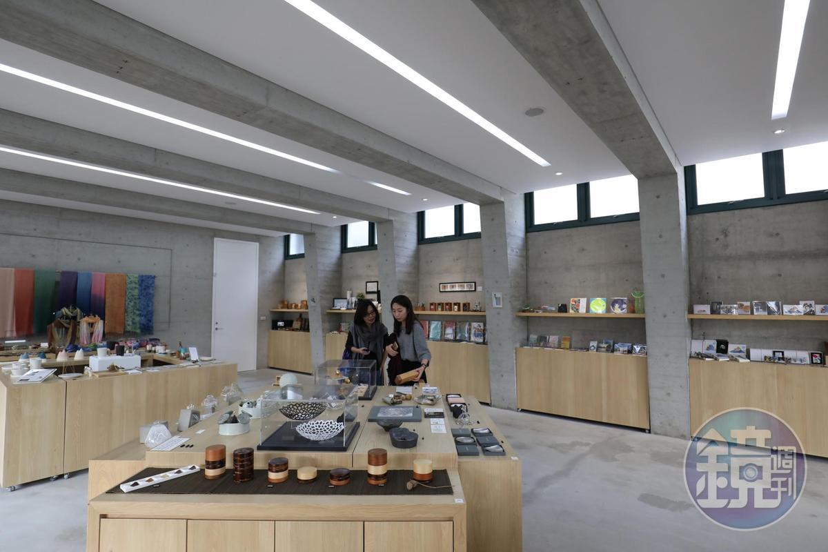 美術館的禮品店網羅美術館文創品、新銳藝術家設計品。