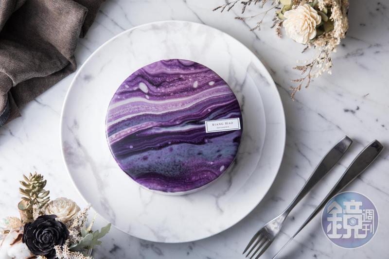 「圓形鏡面蛋糕」紫色大理石紋路如魔幻星空,淋面還有紅、藍、粉紅等色可選。(1,580元/6吋,需3天前預訂)