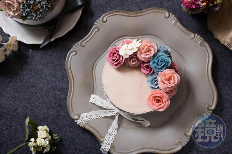 玫瑰是萬文瑀最在行的花型,「半月型蛋糕」上的粉、紫、藍玫瑰有如真花。(3,500元/6吋)