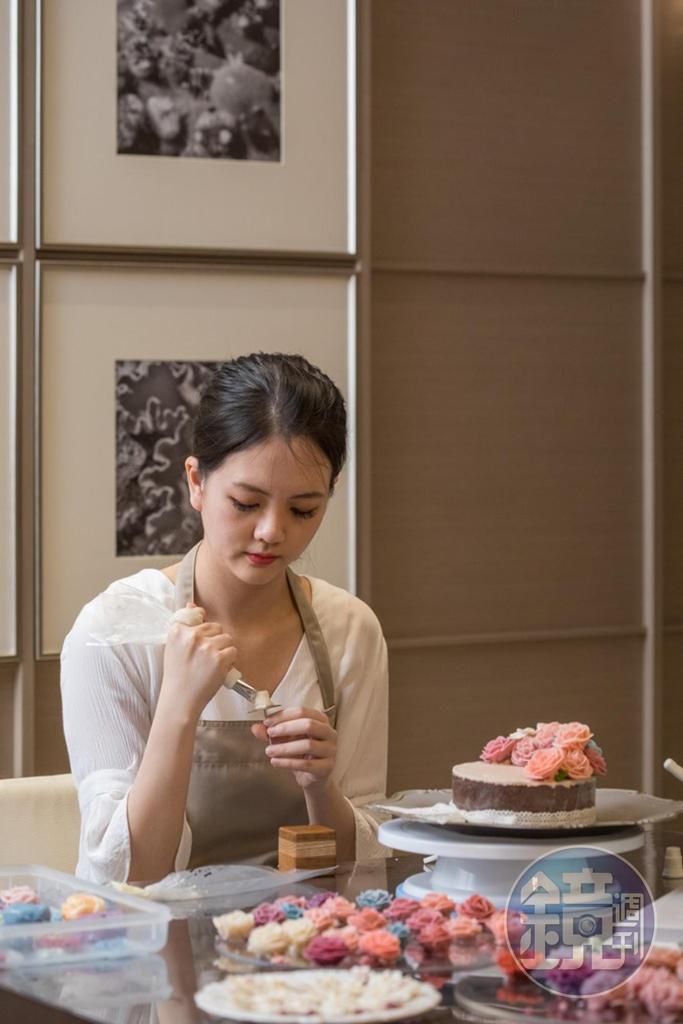 萬萬很有耐心,為了做韓式裱花蛋糕,可以坐上好幾個鐘頭。