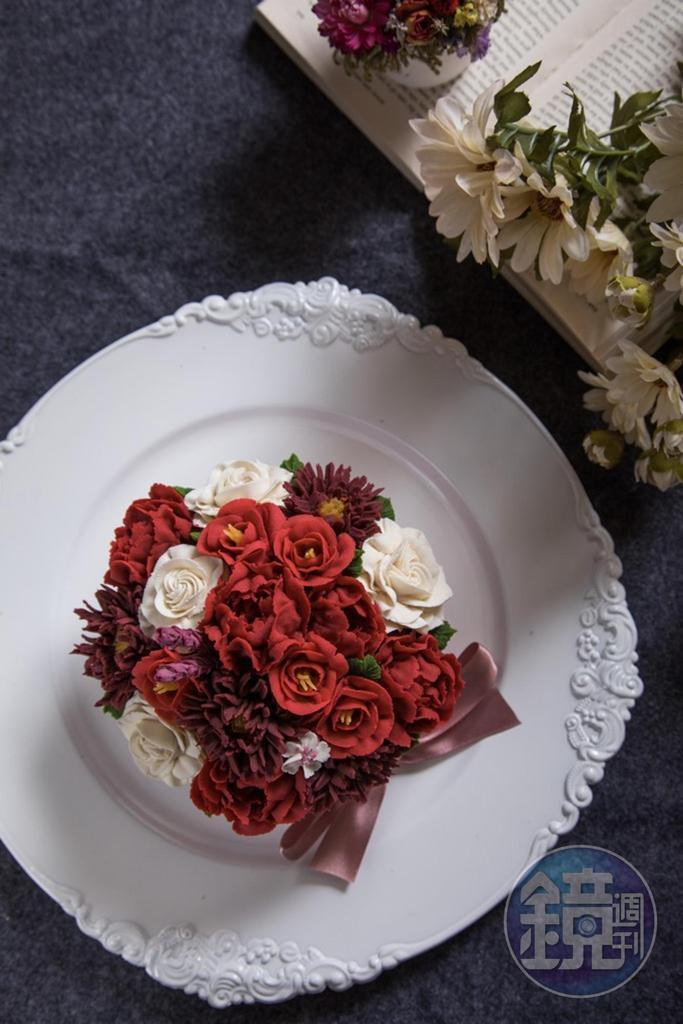 「捧花蛋糕」將豆沙霜擠花擺滿堆高,俯視有如新娘捧花。(4,500元/6吋)