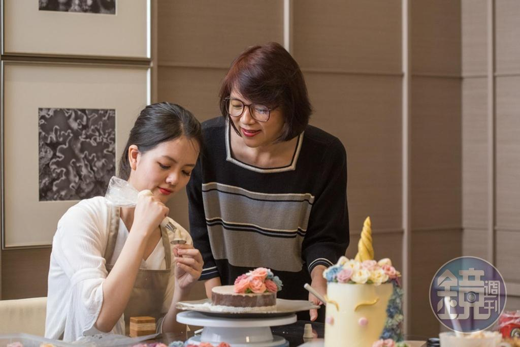 萬萬(左)製作的韓式裱花每一朵都是手工,一顆蛋糕得花至少半天才能完成,讓媽媽(右)很佩服女兒的耐心。