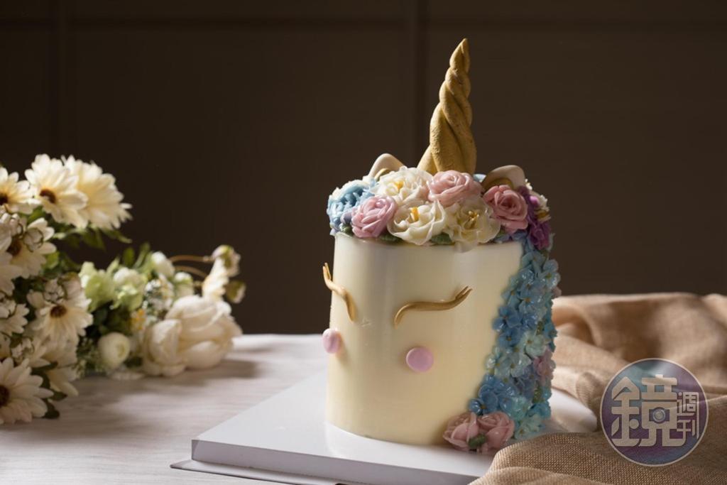 韓國近來流行的「獨角獸蛋糕」以韓國奶油製成的奶油霜做裱花,比起豆沙霜,顏色較亮,擠花困難度也高。(6,000元/顆)