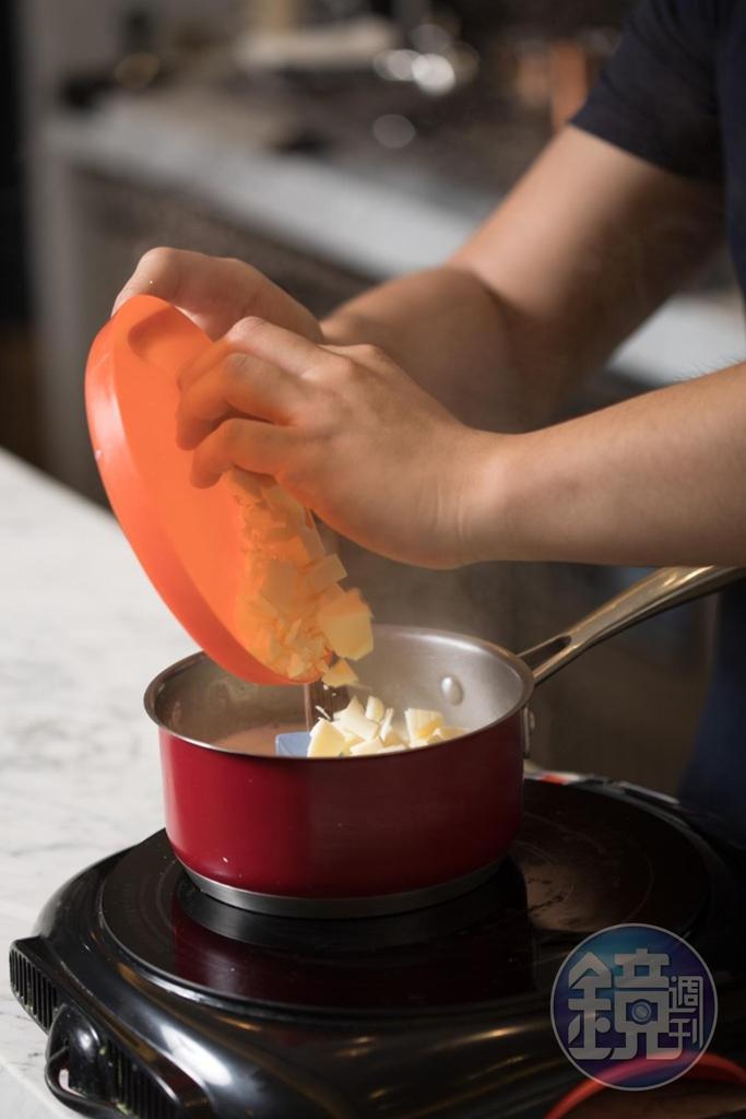 老闆特別將器具搬到吧台,示範鏡面蛋糕淋醬製作。