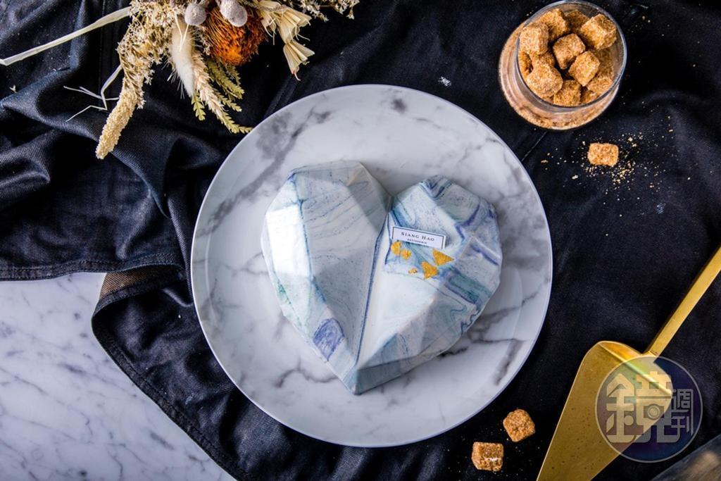 「鑽石愛心大理石鏡面蛋糕」提供巧克力、覆盆子百香果、野莓青蘋果3款內餡選擇,淋面限定白色大理石紋路。(1,580元/6吋,需3天前預訂)
