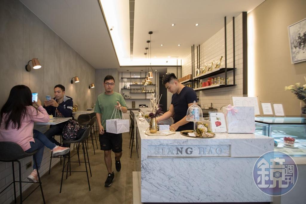 「Siang Hao Pâtisserie Desserts手作甜點」充滿大理石元素的空間,頗有氣質,常有客人來外帶甜點。