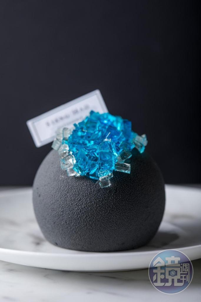 「No.017」使用小山園抹茶製成蛋糕體、慕斯及甘納許,球體包藏黑糖麻糬和紅豆,頂端點綴藍柑橘果凍,晶瑩剔透,口感軟Q、濕潤,層次豐富。(220元/個)