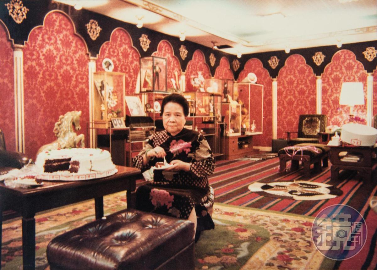 創辦人吳蘇英退休後,每天仍下樓巡頭看尾,因管理嚴格,員工私下叫她「慈禧太后」。(大三元酒樓提供)