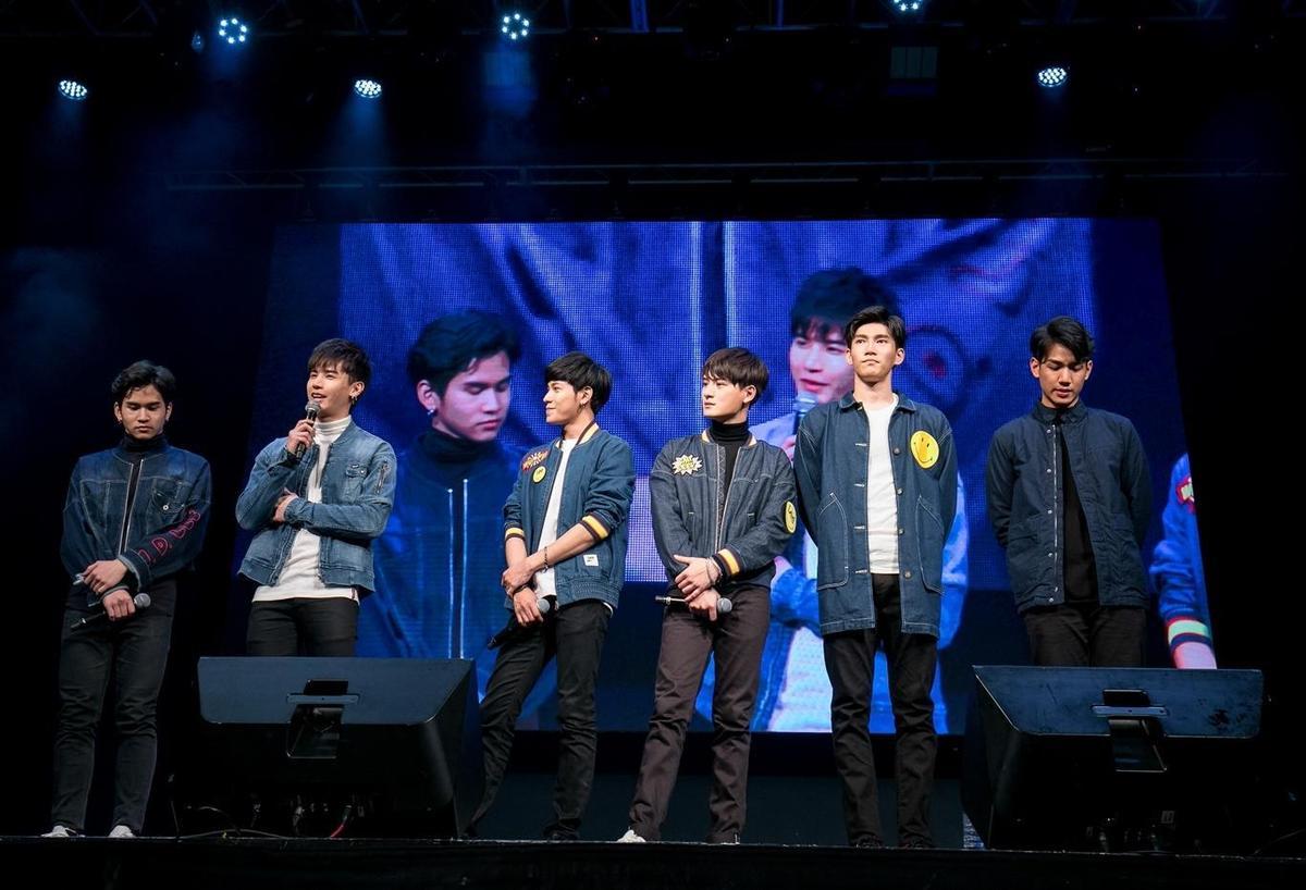 上月中《一年生2》演員群在台北舉行見面會,未被語言隔閡受限,演員們與粉絲度過愉快時光。Oaujun(左二)和Nammon(右一)被應援影片感動哭到不行。(佳音娛樂提供)