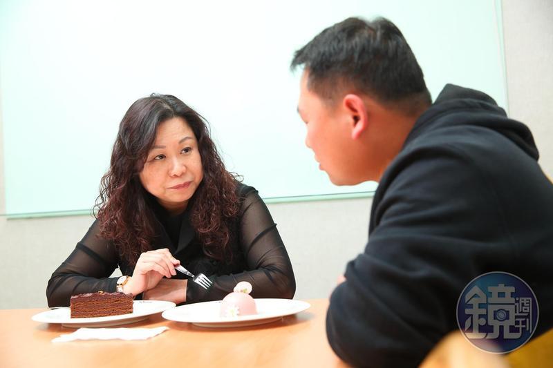 烘焙廠點心課行政主廚陳大偉(右)研發的蛋糕新品,方淑宜都會親自試吃、給予意見。