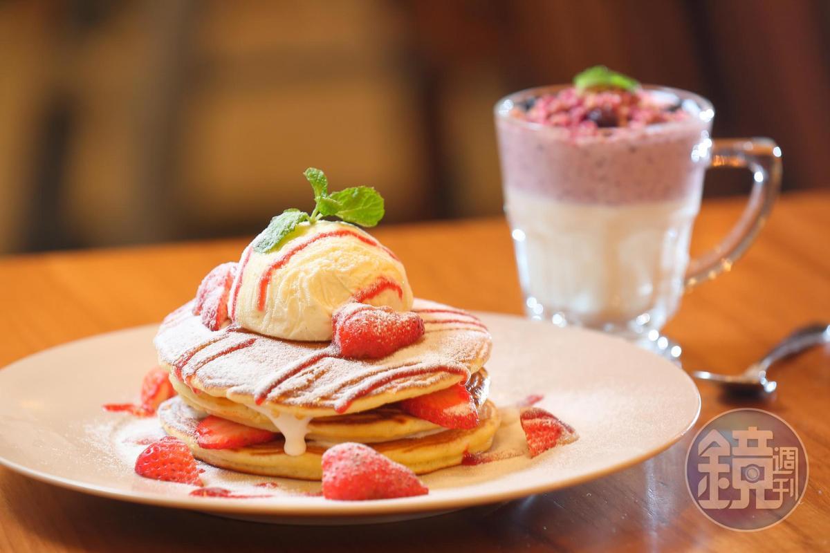 季節限定的草莓戀曲冰淇淋鬆餅塔甜點,以及藍梅藜麥優格飲品,深受女性顧客喜愛。(280元、70元)