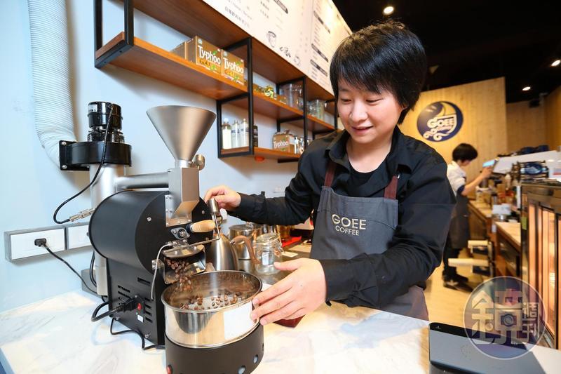 「勾癮咖啡」主打可現場烘豆,提供更多精品咖啡豆,240萬元加盟金降低開店門檻,吸引年輕創業者。