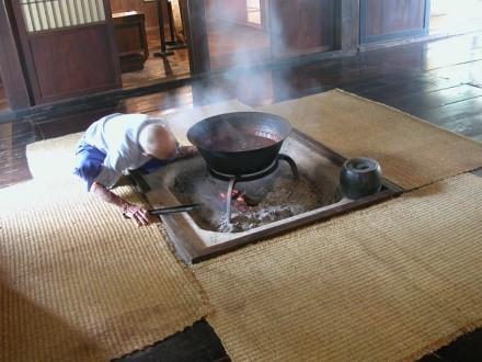 白川鄉合掌屋內的傳統日式圍爐。(翻攝:囲炉裏本舗 店主のブログ)