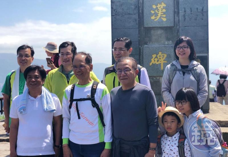 前行政院長游錫堃(前排左2)今與民進黨新北市5位立委登上觀音山硬漢嶺。