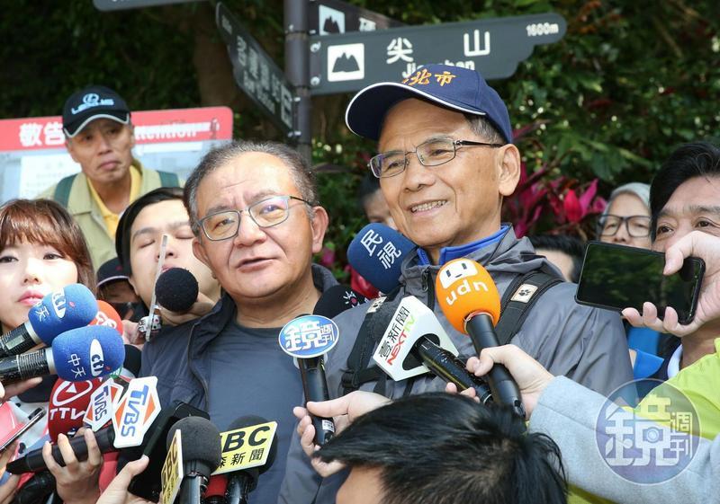 民進黨立委高志鵬(左)今陪前行政院長游錫堃爬觀音山。