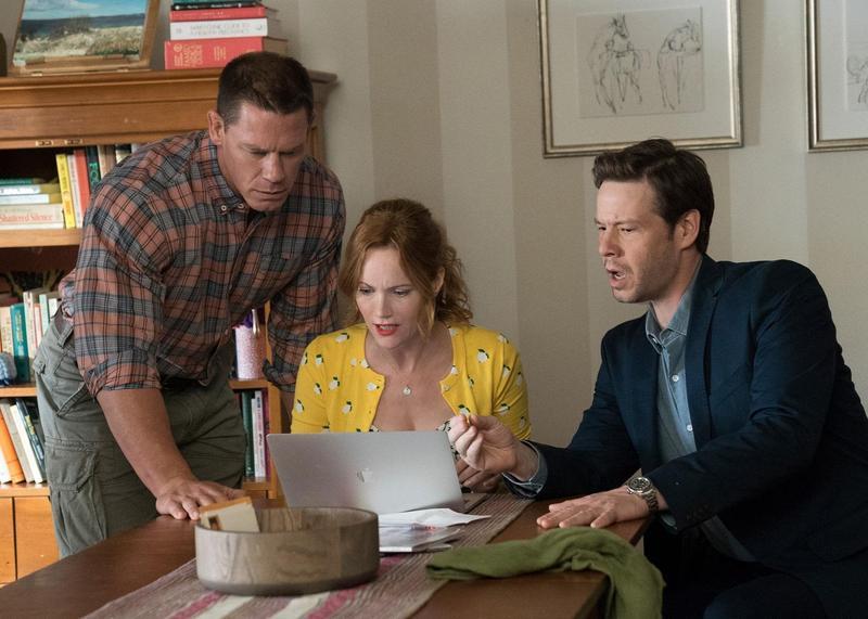江西男(約翰西男)(左起)、萊絲莉曼恩、伊凱巴林霍茲飾演的3位家長,無意間破解了子女的破處計畫,在《圍雞總動員》鬧出一卡車笑話。(UIP)