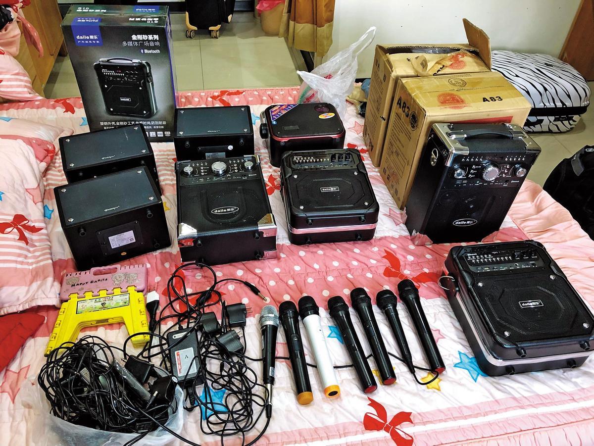 新北市專勤隊在馮女房間發現音箱、麥克風等證物,該集團每月不法獲利高達400萬元。