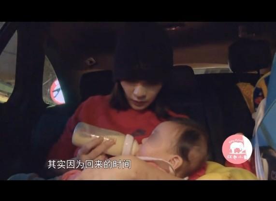 賈靜雯與愛女咘咘在《媽媽是超人》被觀眾檢舉未讓女兒坐兒童專用安全椅。(網路圖片)