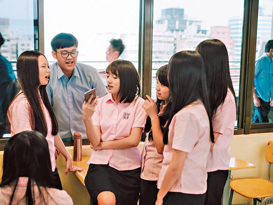 謝雨芝(左三)在《酸甜之味》演出壞學生,她坦承跟前輩柯淑勤對戲學到很多,並開啟她對演戲的興趣。(TVBS提供)