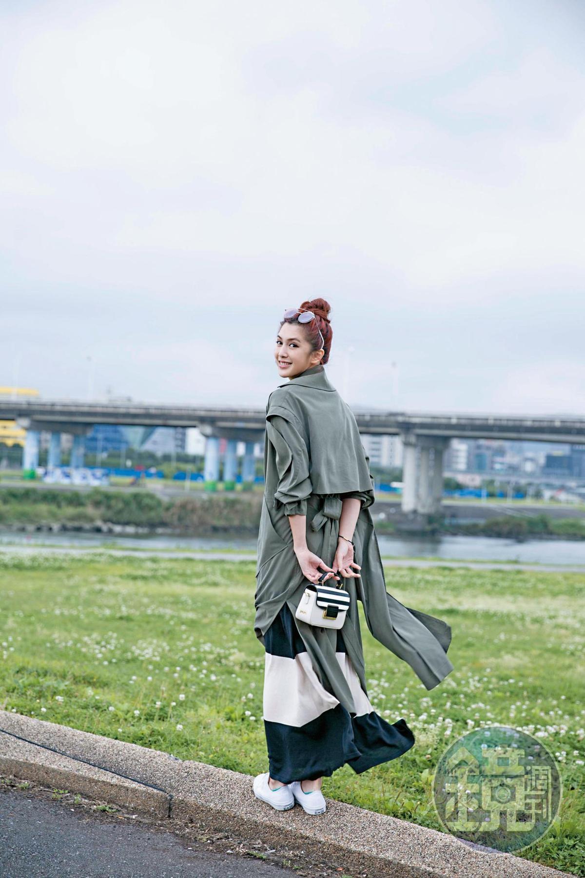 Jolinwu黑白條紋洋裝,NT$11,200;jolinwu軍綠色風衣,NT$24,800;Folli Follie黑白條紋包包,NT$9,490;All Star白色帆布鞋,約NT$2,000。