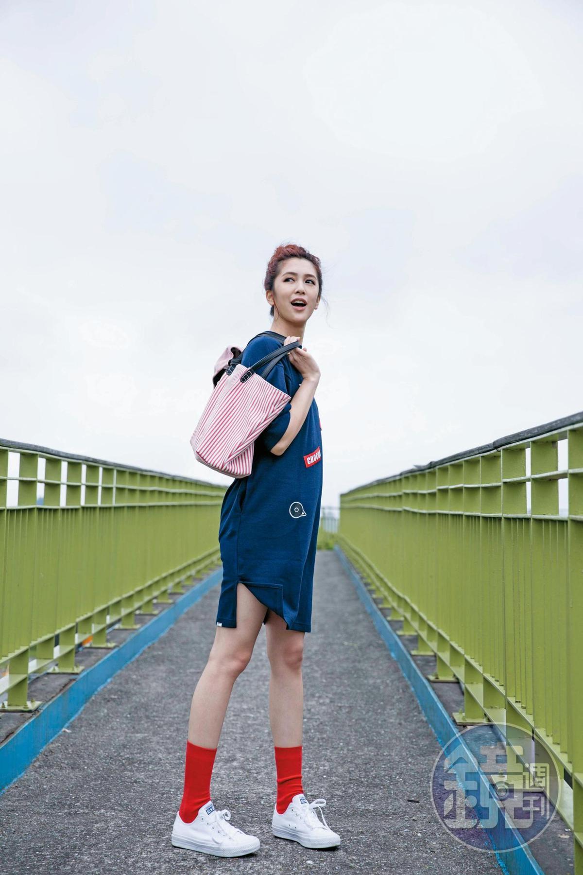 CHOCOOLATE藍色一件式洋裝,NT$1,999;東區小店購買的紅色襪子,約NT$150;Folli Follie星星造型戒指,NT$1,490;Folli Follie紅白條紋購物袋,NT$5,190;All Star白色帆布鞋,約NT$2,000。