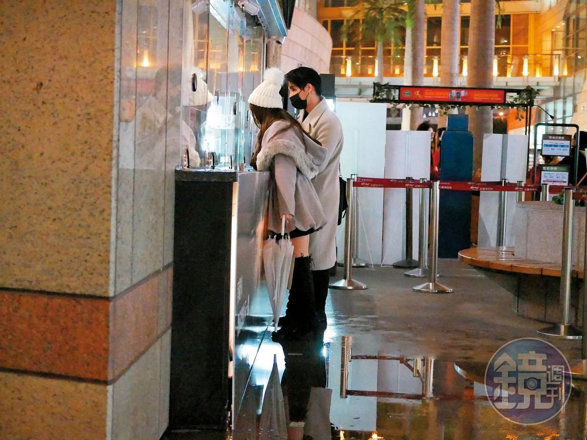 2月3日 21:57 周盈欣和高帥男友在影城售票口購票。