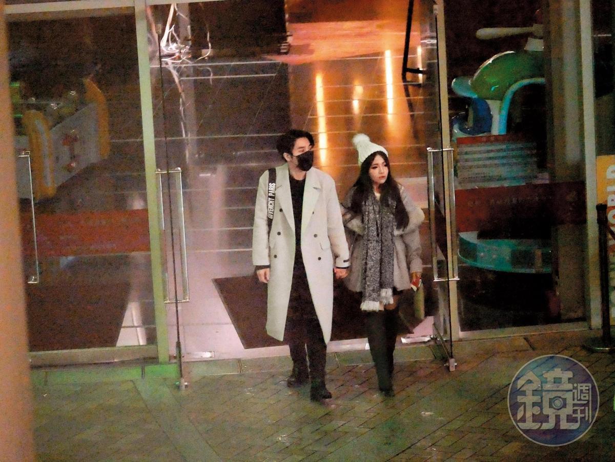 22:52 接著走回車上短暫休息後,周盈欣和高帥男友手牽著手又走入影城,關係昭然若揭。