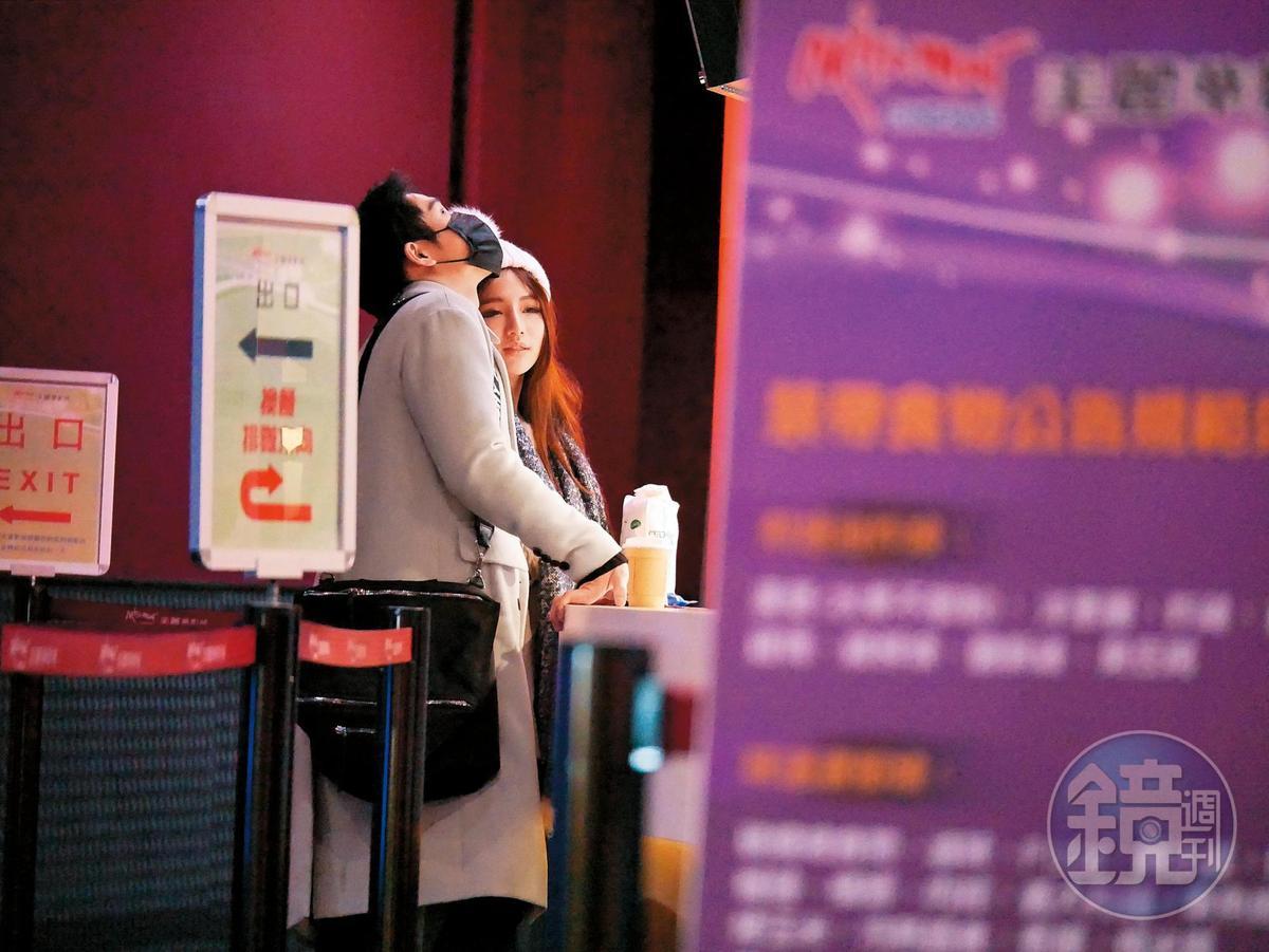 22:56 周盈欣和高帥男友在電影廳門口徘徊。
