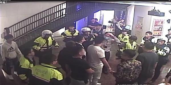 兩掛年輕人在自K大廳打群架,警方趕往壓制逮人。(警方提供)
