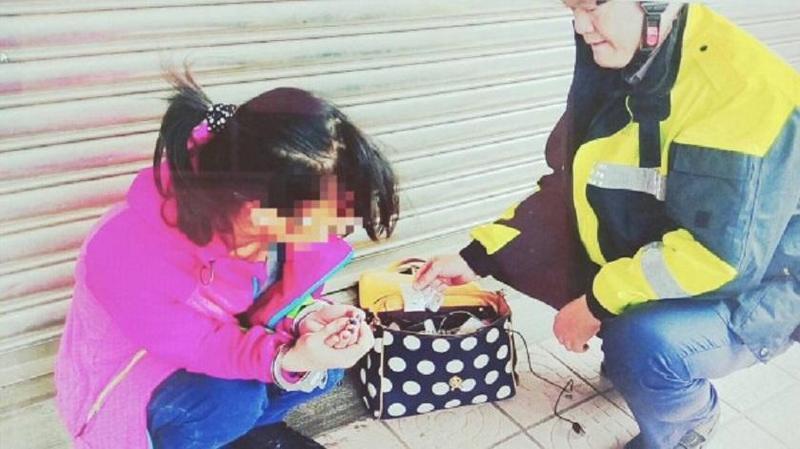 警方查獲王姓女子(左)持有毒品。(警方提供)