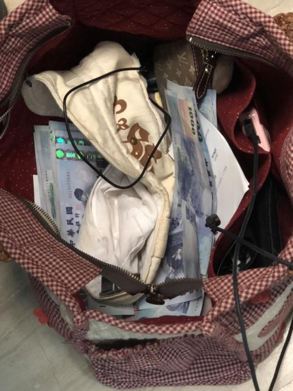 林女放在包包中盜領的贓款。(警方提供)