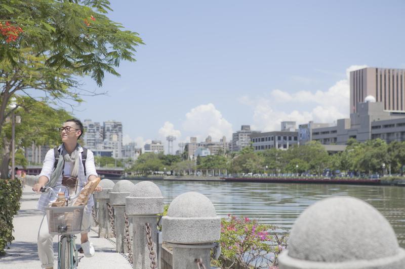 徐漢強執導的諷刺短片《小清新大爆炸》是第一屆「高雄拍」作品,高雄地標之一的愛河也入鏡。   (高雄電影館提供)
