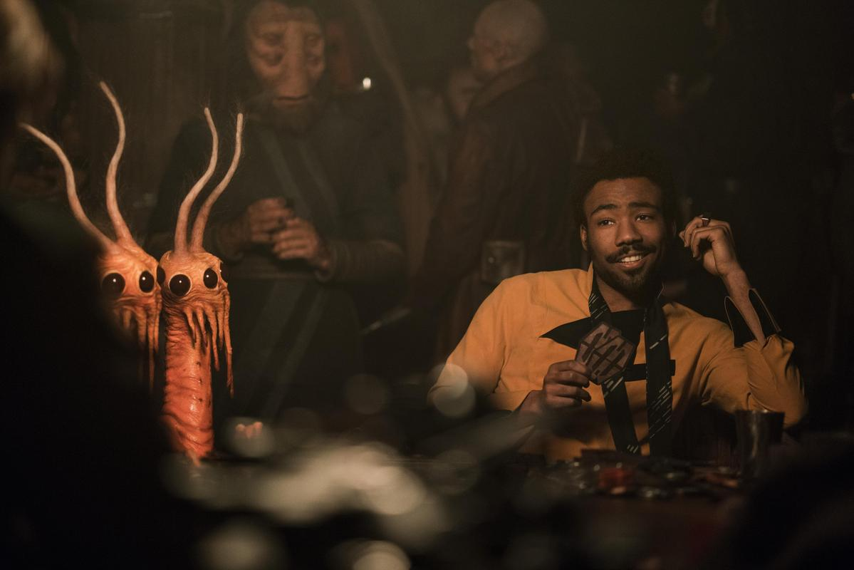 身兼多職的才子男星唐納葛洛佛飾演青年藍道,他與韓索羅便是在賭場內初次相遇。(迪士尼提供)