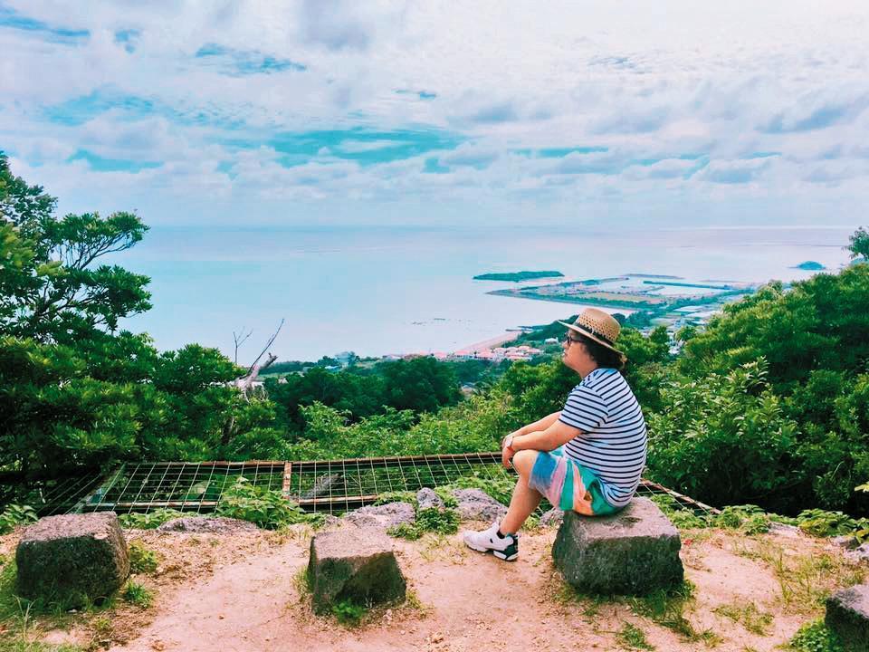 納豆與依依去年11月前往沖繩愛之旅,納豆先在臉書放上遠眺海景照,10天後依依放上同場地拍的照片,讓戀情露餡。