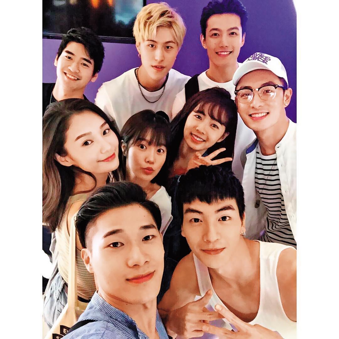 張洛偍(前排右)與《飛魚高校生》的演員們感情頗佳,不過未演出本劇的王顗婷(中排左)也出現在演員合照中。(翻攝自張洛偍臉書)