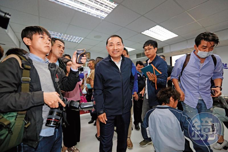 新北市前副市長侯友宜(中)上週在國民黨初選民調中以懸殊差距勝出。