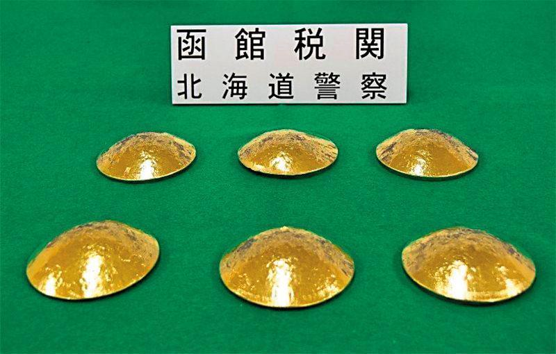 三名台灣人赴日時走私黃金胸罩,被函館海關識破。(翻攝每日新聞)