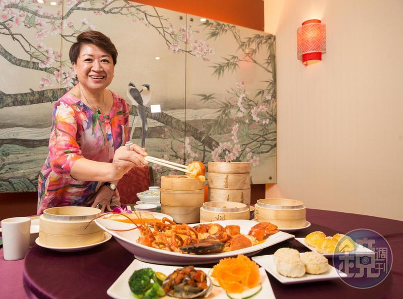 邱靜惠從婆婆手上接下大三元酒樓,48年青春都奉獻給餐廳,成為店內活招牌。