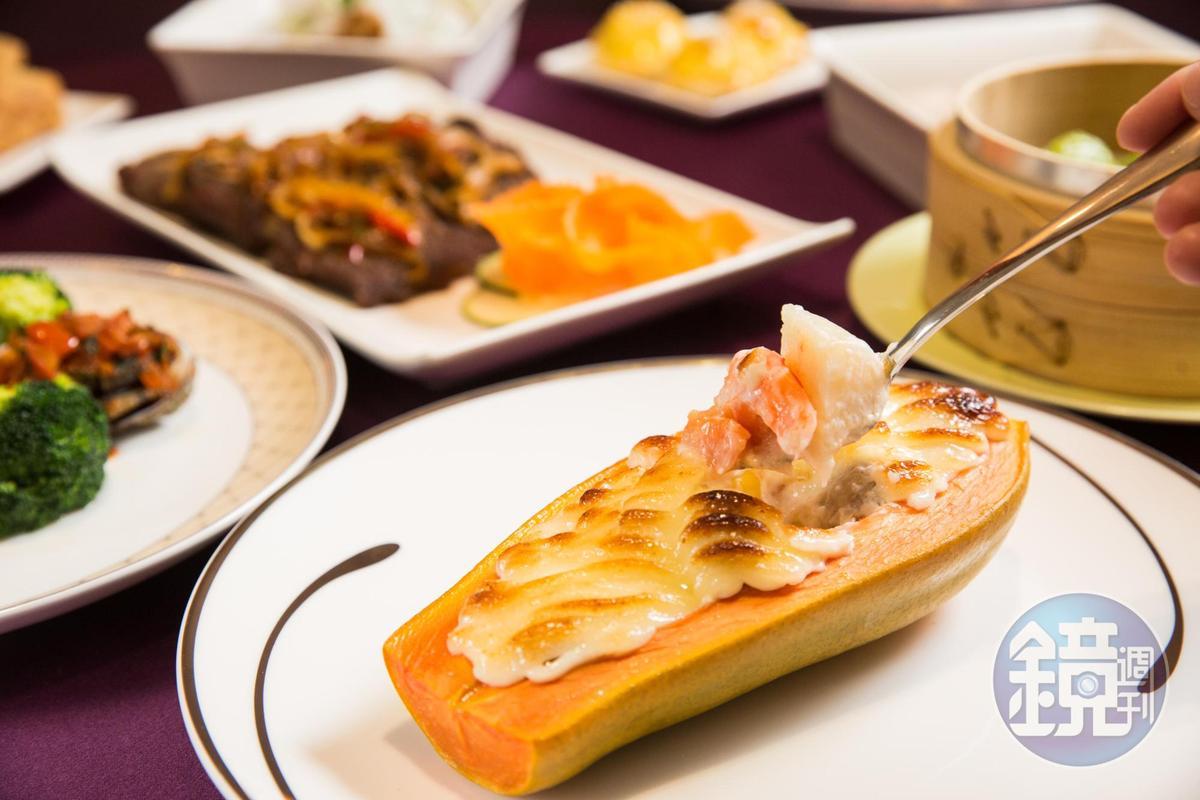 海鮮焗木瓜使用生食級干貝、鮑魚丁、蝦子,搭配蘑菇、百果,搭配美濃木瓜的鮮甜滋味,是歷久不衰的人氣料理。(300元/份)