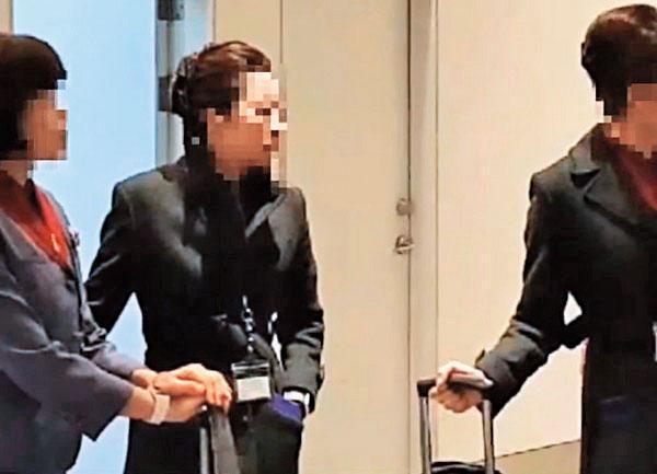 關姓空姐(右)2月時隨機組赴日本大阪,走私6公斤黃金遭日本海關查獲。(翻攝畫面)