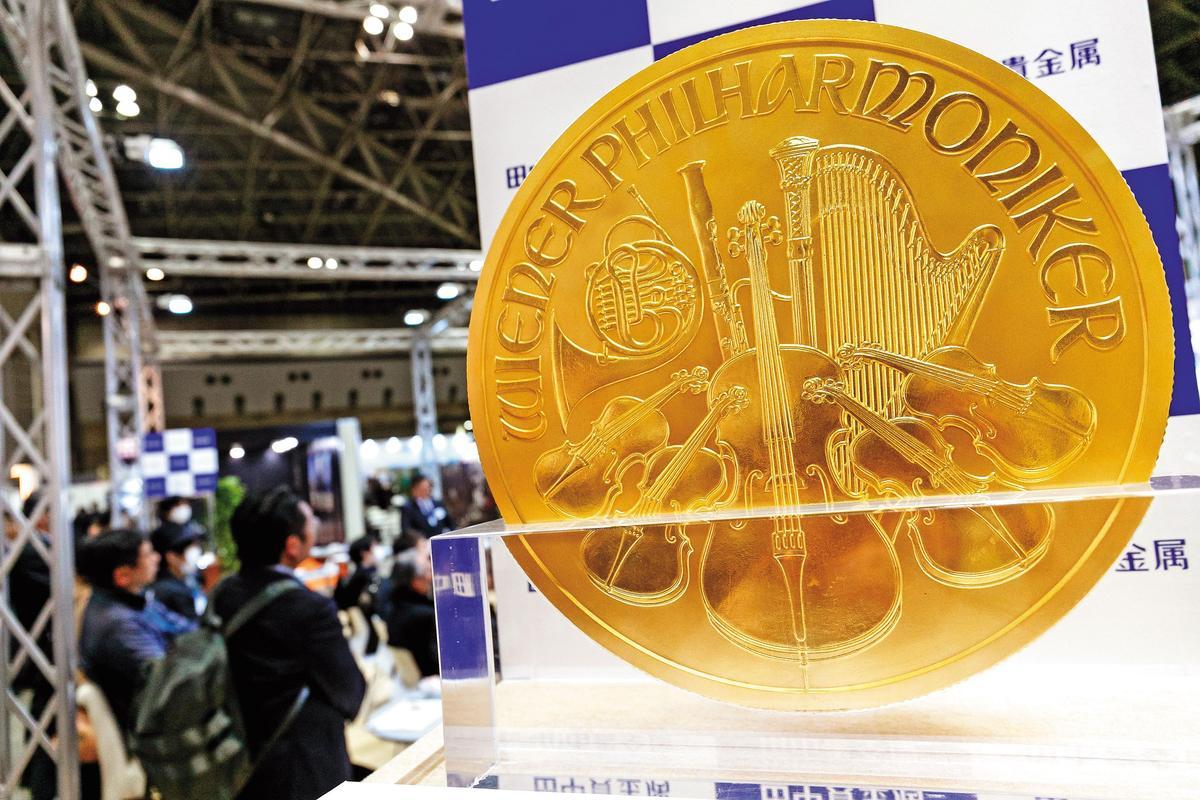 日本曾舉辦黃金博覽會,展出價值上百億日圓的純金製品。(東方IC)