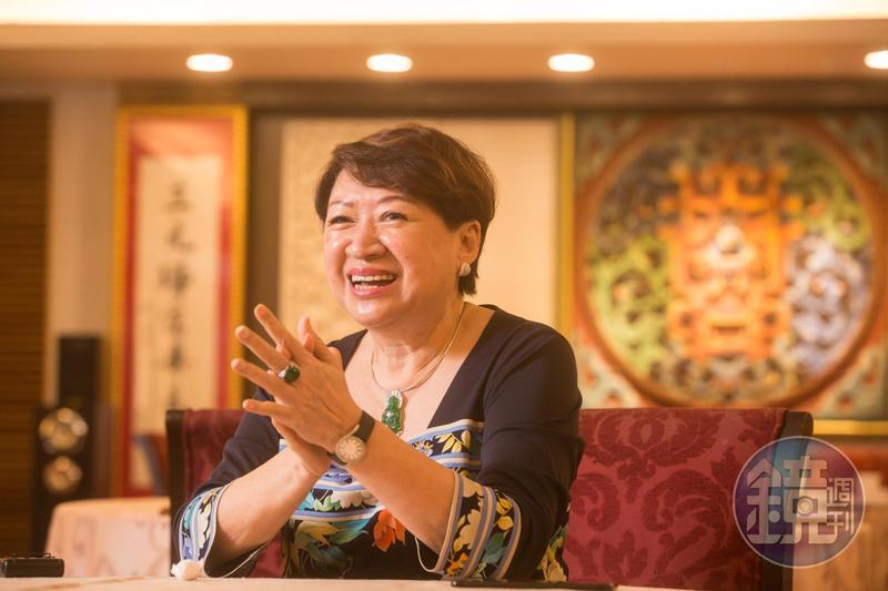 邱靜惠還未嫁進吳家就先到大三元酒樓幫忙,負責會計算帳。