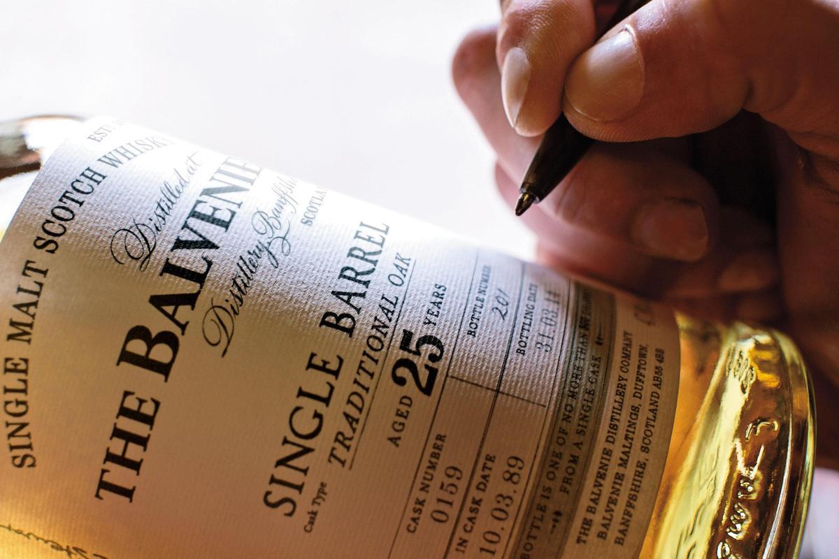 大衛親筆簽下單桶25年的每一瓶編號,就像呵護自己的每個小孩一樣。