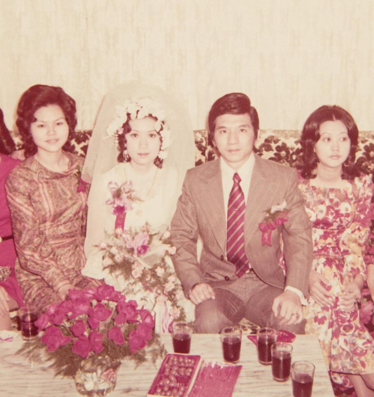 吳朝政(右2)是邱靜惠(左2)的初戀,即使兩人已分居多年,她仍替吳家守住餐廳家業,不離不棄。(大三元酒樓提供)
