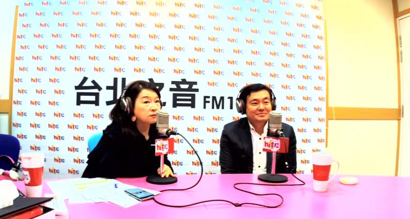 民進黨祕書長洪耀福(右)今早接受電台主持人周玉蔻(左)專訪。(翻攝蔻蔻早餐臉書專頁)