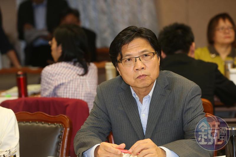 內政部長葉俊榮被質疑在大陸兼職,藍委要求他出面說明。