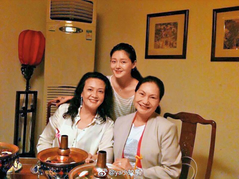 徐媽媽(右)和張蘭(左)對大S(後)都非常照顧,經常為她進補身體。(翻攝自汪小菲臉書)